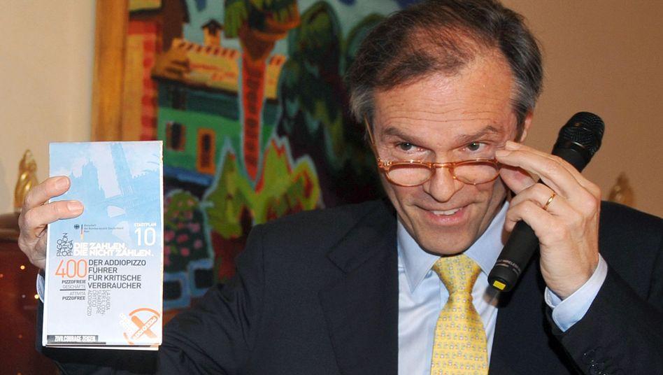 Botschafter Michael Steiner und der Stadtplan: Pizzo-frei einkaufen