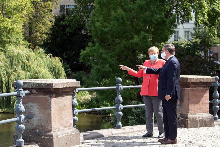Ist doch auch nett hier, oder? Laschet zeigt der Kanzlerin den Kaiserteich vor dem Ständehaus in Düsseldorf