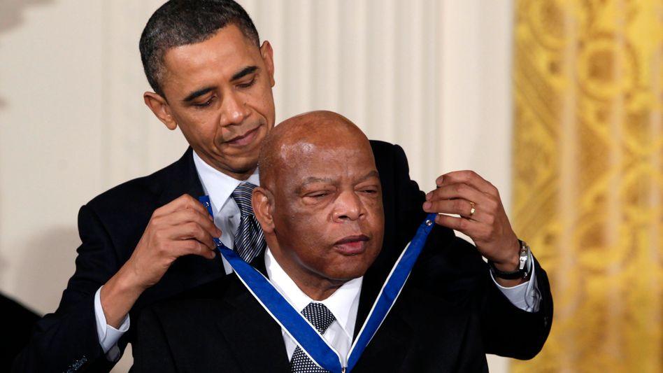Barack Obama verleiht John Lewis die Presidential Medal of Freedom (2011)