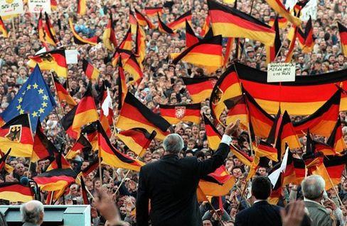 Helmut Kohl 1990 mit Wählerinnen und Wählern