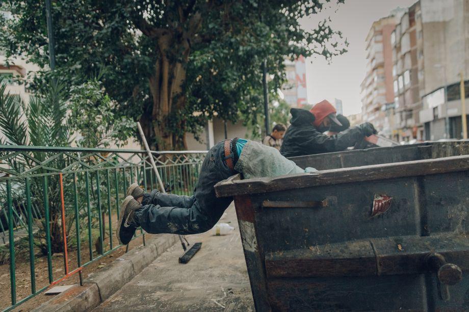 Wael ist noch ein Kind, manchmal muss er fast in den Müllcontainern verschwinden, um den Abfall zu durchwühlen