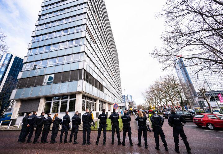 """Einsatzkräfte am Demonstrationsort: """"Krieg beginnt hier"""" heißt die Kampagne"""