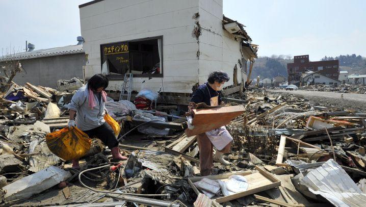 Tsunami-Schäden: Leben in den Trümmerbergen