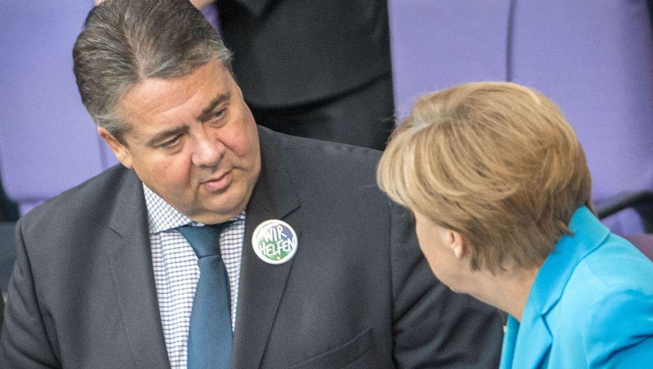 """""""Wir helfen"""": Vizekanzler Sigmar Gabriel zeigt sich im Bundestag mit einem Pro-Flüchtlinge-Button"""