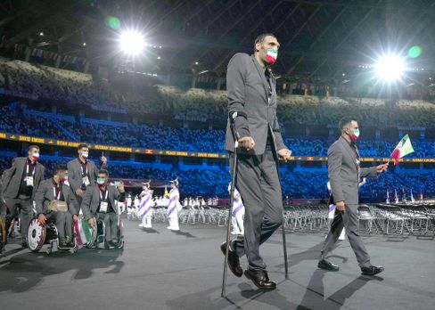Morteza Mehrzad beim Einzug des iranischen Teams während der Eröffnungsfeier der Paralympics