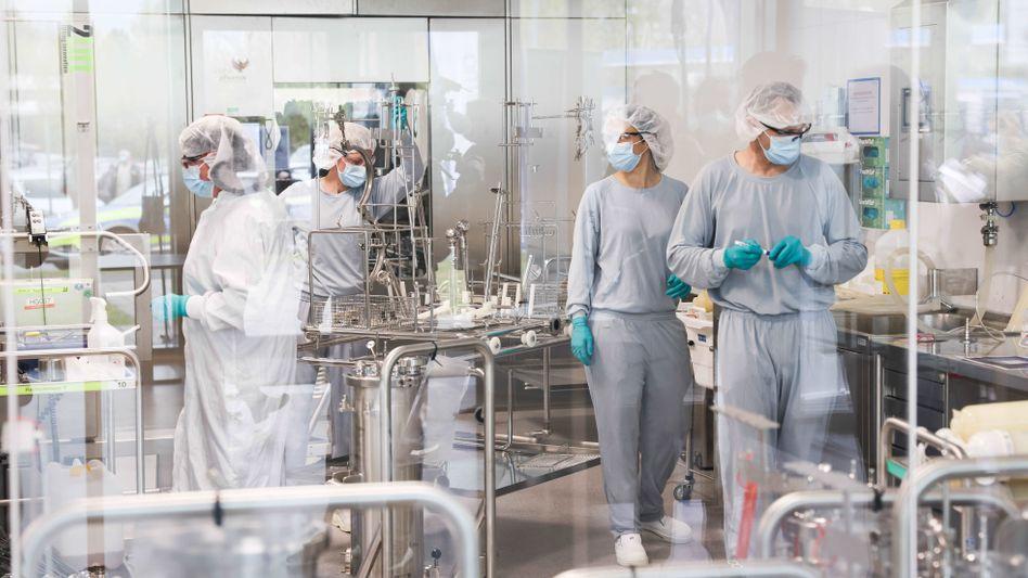 Arbeiter in einem Labor der deutschen Firma Dermapharm, die den Impfstoff der Firma Biontech produzieren soll