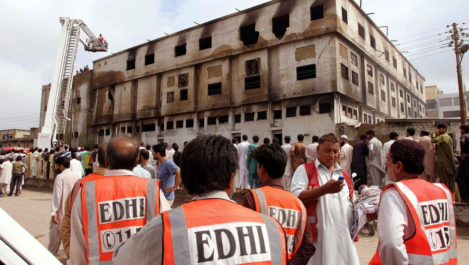 Abgebrannte Textilfabrik in Karatschi: Hier wurde für Kik genäht