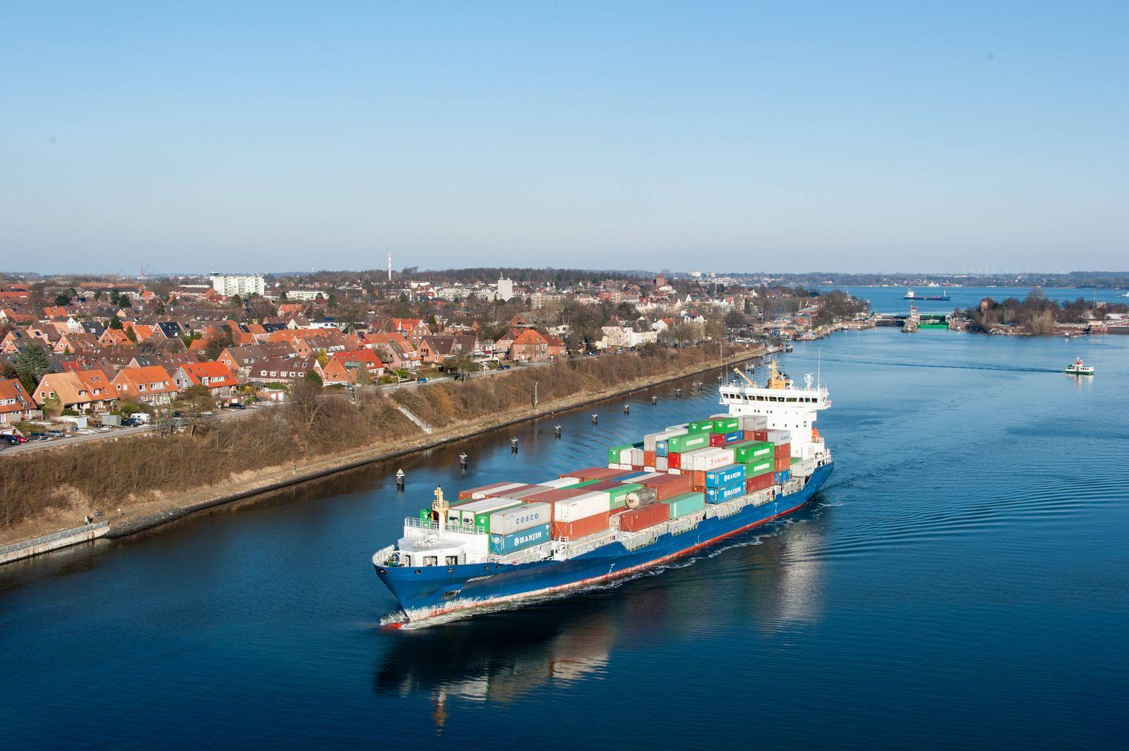 Ein Contäinerfrachter kommt aus der Schleuse in Richtung Brunsbüttel i Kiel Holtenau Kiel Holtenau S