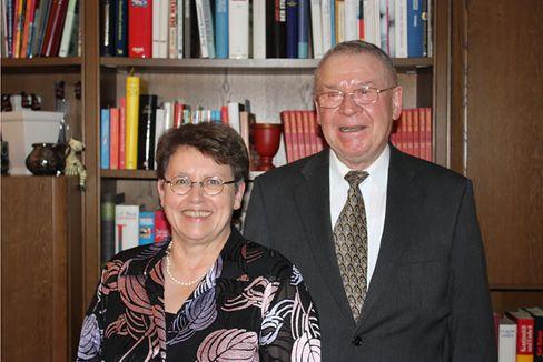 Hans Neusius machte nach dem Krieg eine Gärtnerlehre, studierte dann Theologie, Philosophie, Biologie und war Referent im Generalvikariat Trier. Heute lebt er mit seiner Frau Gabriele in Trier.