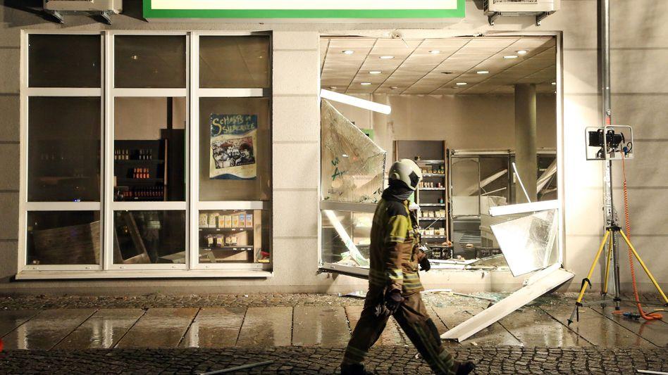 Zerstörter Eingang eines veganen Supermarkts in Dresden: Ein Feuer und mehrere Explosion
