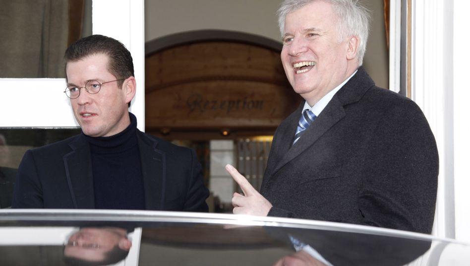 Guttenberg (l.), Seehofer (im Januar 2011): Immer noch enge Verbindungen