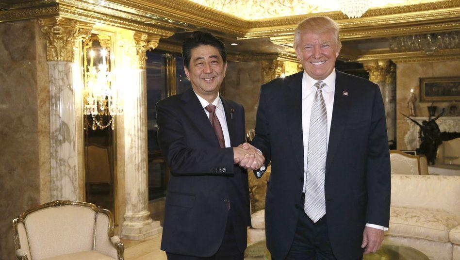 Japans Premierminister Abe, designierter US-Präsident Trump in New York im November