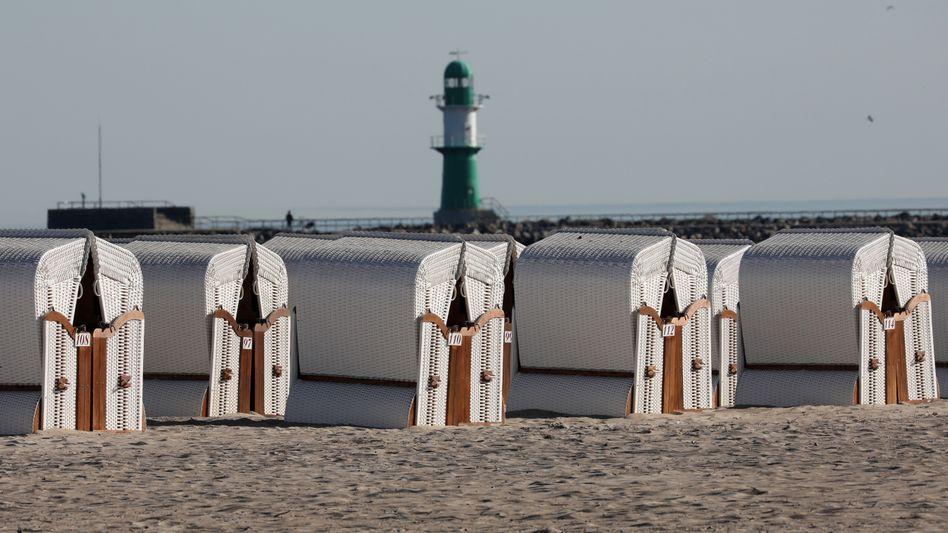 Strandkörbe Warnemünde: Wer in Mecklenburg-Vorpommern Urlaub machen will, muss bei der Anreise einen negativen Coronatest vorlegen