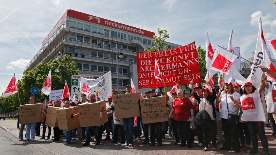 """Protest vor Neckermann-Zentrale in Frankfurt: """"Zahlungsfähigkeit nicht mehr gewährleistet"""""""