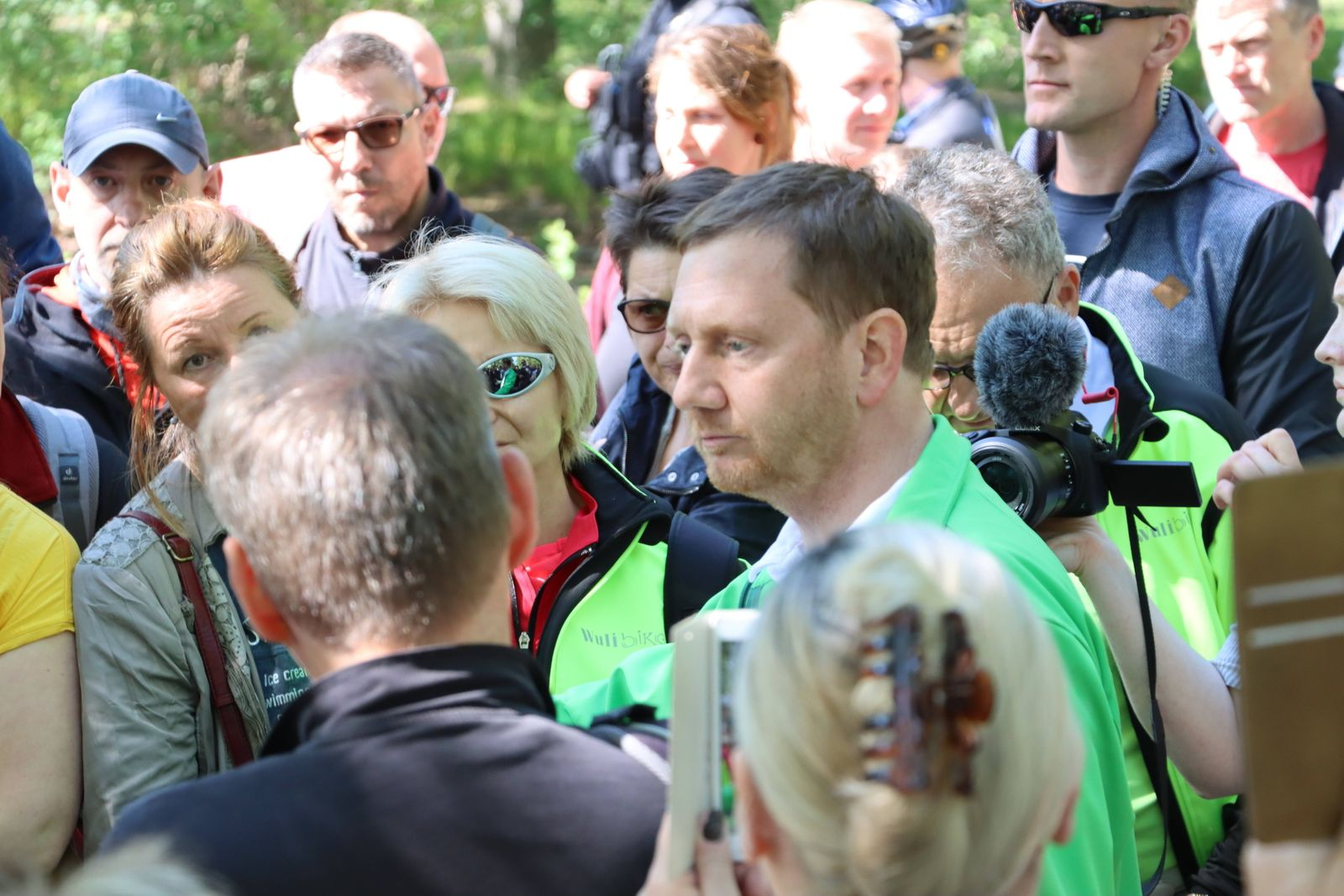 Im Bild: Ministerpräsident Michael Kretschmer (in grüner Jacke) Auch in Dresden fanden Spaziergänge gegen die Corona-Ma