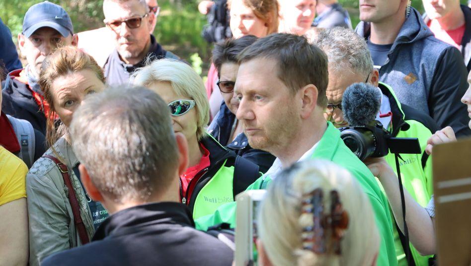Michael Kretschmer (CDU, r), mit Corona-Demonstranten in Dresden