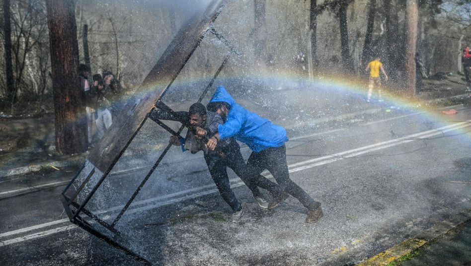 Griechische Grenzschützer setzten Wasserwerfer ein, um Migranten abzuhalten