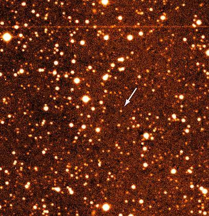 Entdeckungsfoto mit markiertem Kleinplaneten (Pfeil): Bemerkenswerte Kreisbahn