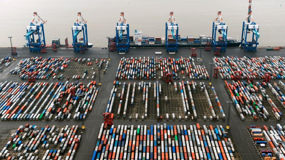 """Containerterminal in Bremerhaven (Archiv): """"Silberstreif am Horizont"""""""