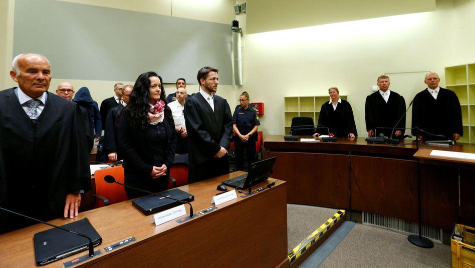 Beate Zschäpe mit ihren Anwälten bei der Urteilsverkündung