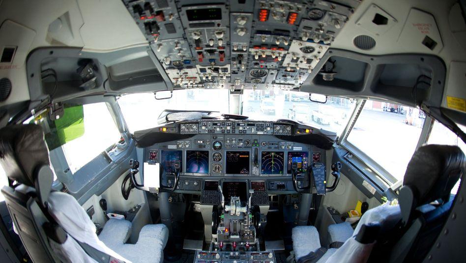 Cockpit eines Verkehrsflugzeugs: Experten sehen keine erhebliche Gefahr durch Dämpfe