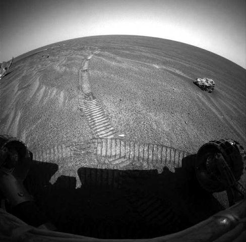 """Marsoberfläche: Den Meteoriten auf der rechten Seite entdeckte """"Opportunity"""", als er sich seinem abgeworfenen Hitzeschild (li.) näherte"""