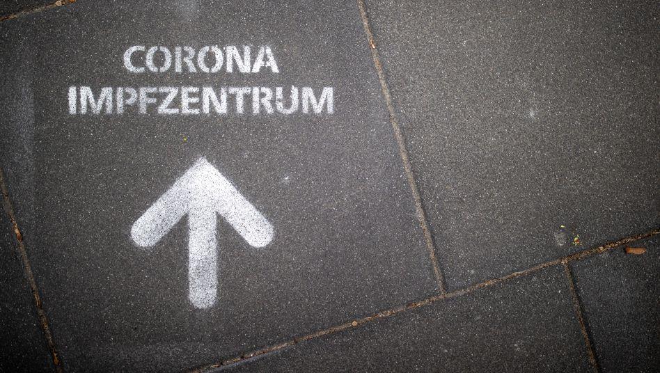 Ein Graffito weist den Weg zu einem Impfzentrum in Nürnberg
