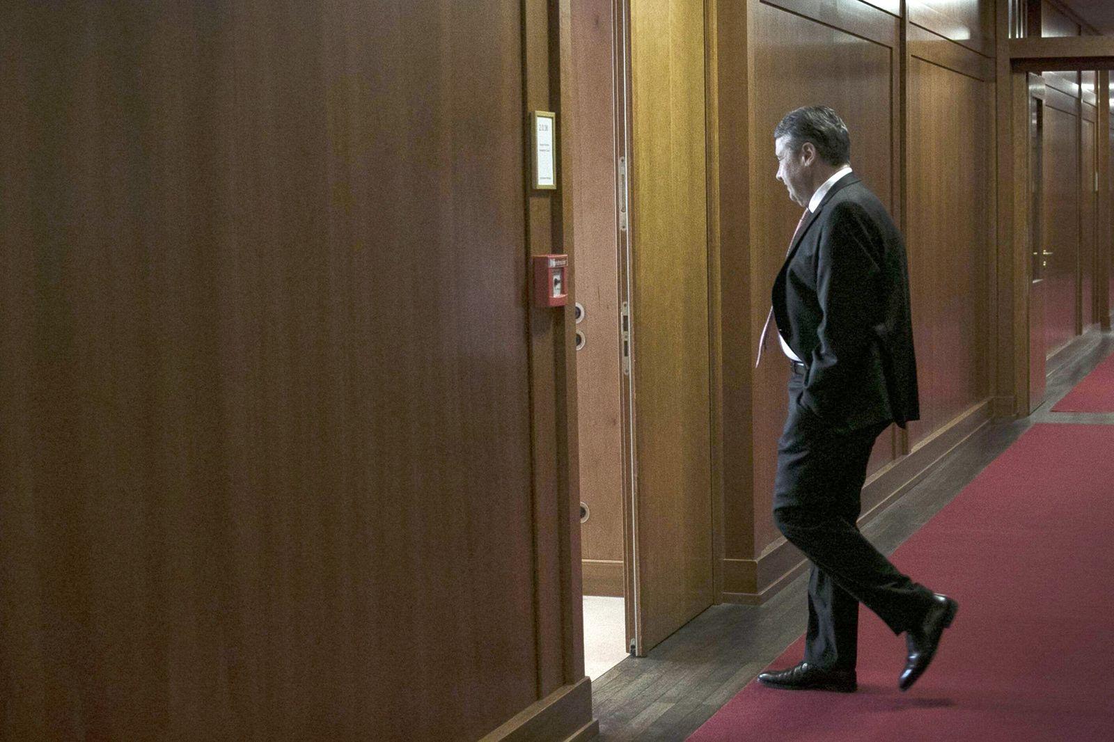 Sigmar Gabriel SPD Bundesaussenminister geht in sein Buero im Auswaertigen Amt nach seiner letzte