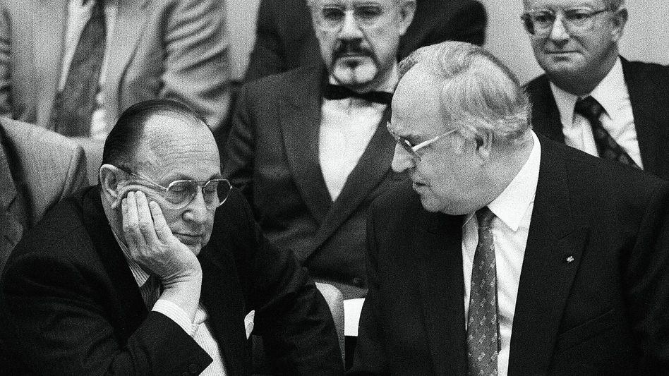 Koalitionäre Genscher, Kohl im Bundestag in Bonn 1990: »Derartiges Verhalten nicht erwartet«