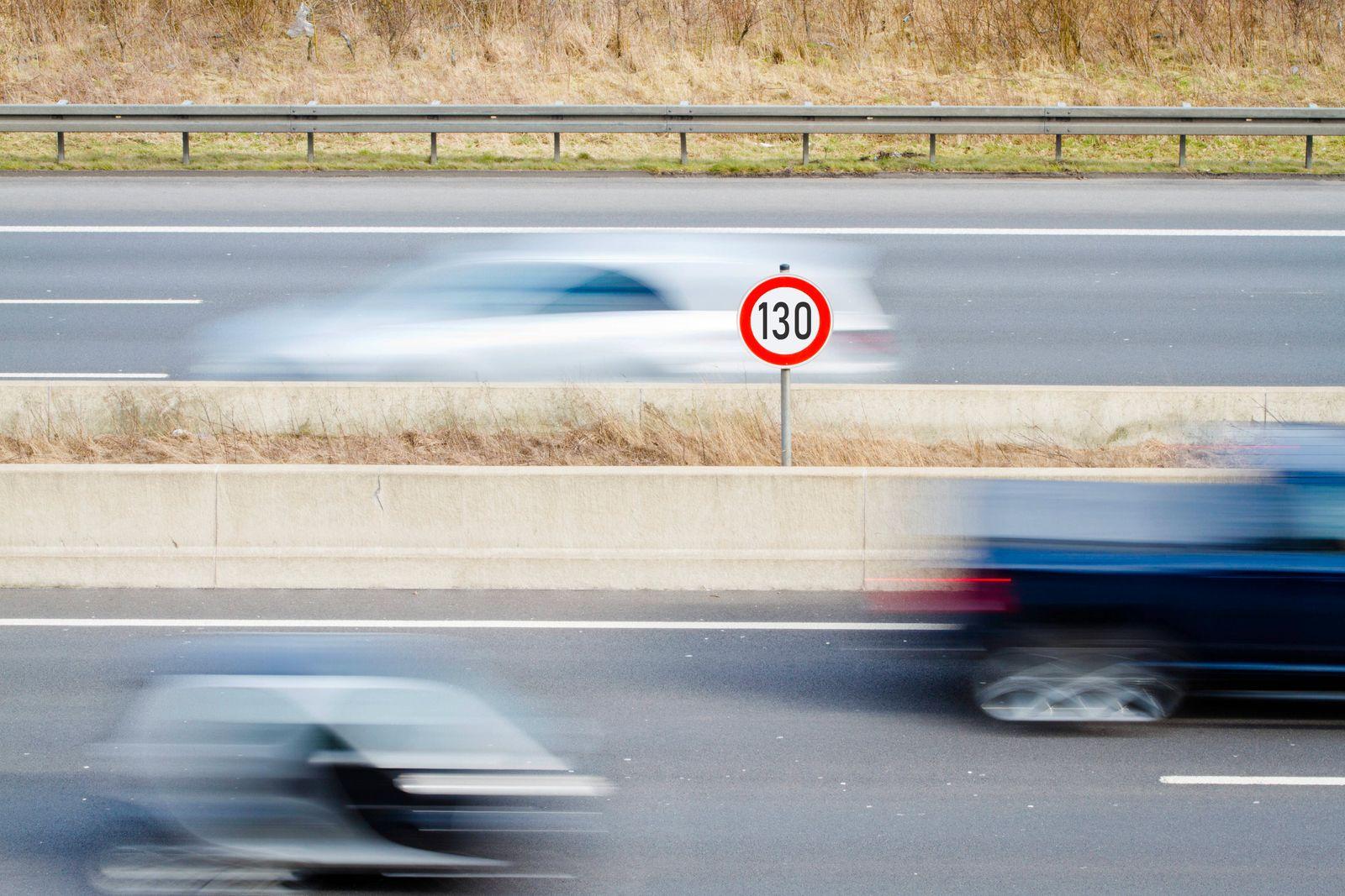 Tempo 130 auf deutschen Autobahnen, allgemeines Tempolimit, Geschwindigkeitsbegrenzungsschild 130 auf Autobahn mit vorb