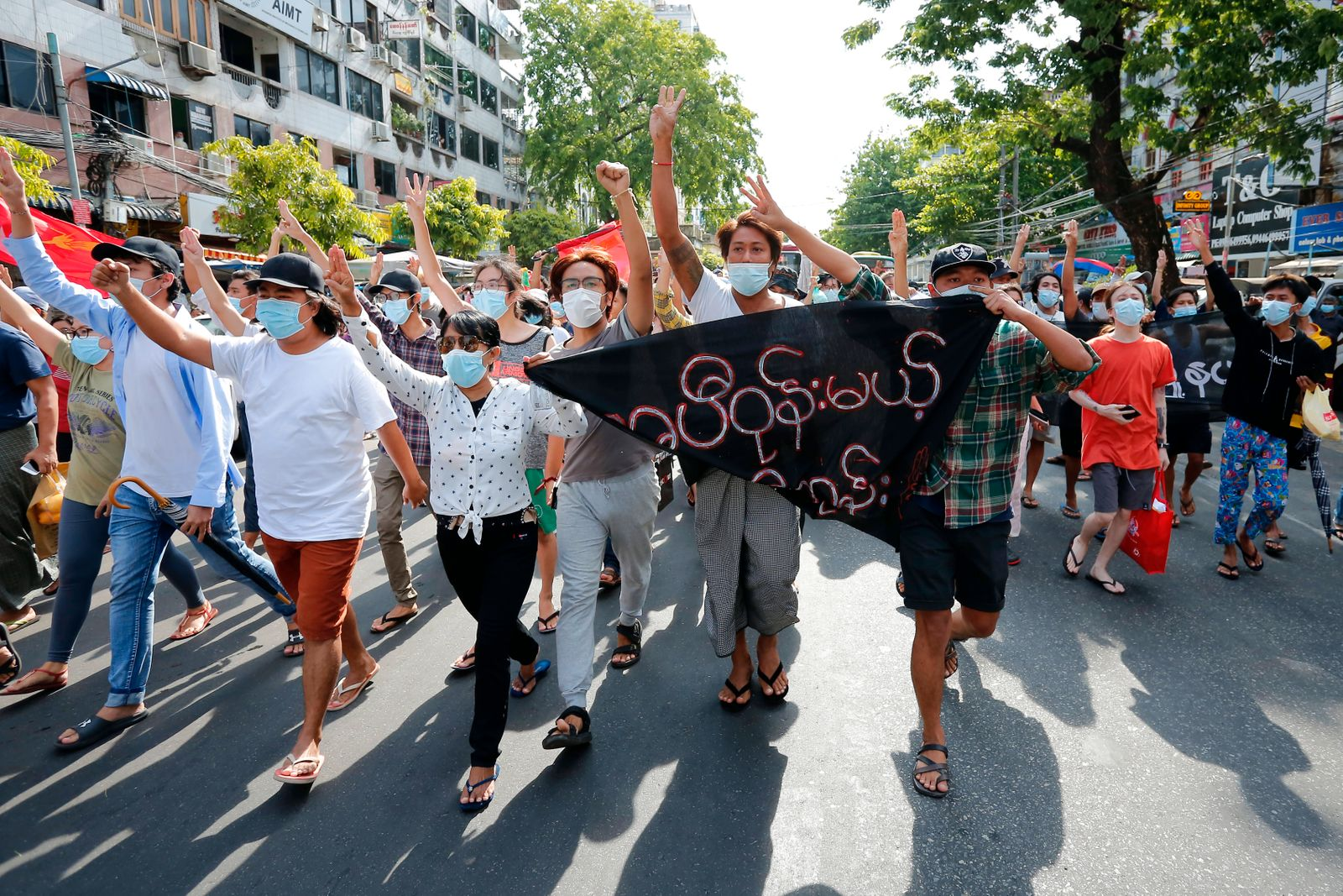 News Themen der Woche KW18 News Bilder des Tages Flash Mob Protest Against The Military Coup In Myanmar Demonstrators sh