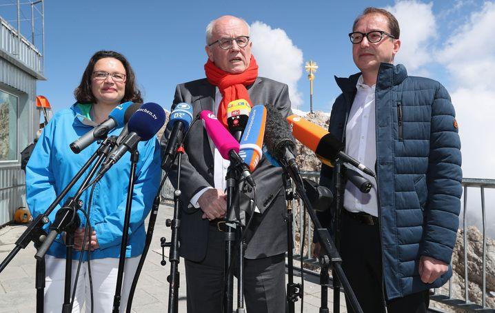 Ein Wahlkreis, der immer als Kulisse für politische Inszenierung taugt: Alexander Dobrindt (r.) mit den Ex-Fraktionschefs Andrea Nahles (SPD) und Volker Kauder (CDU) auf der Zugspitze 2018.