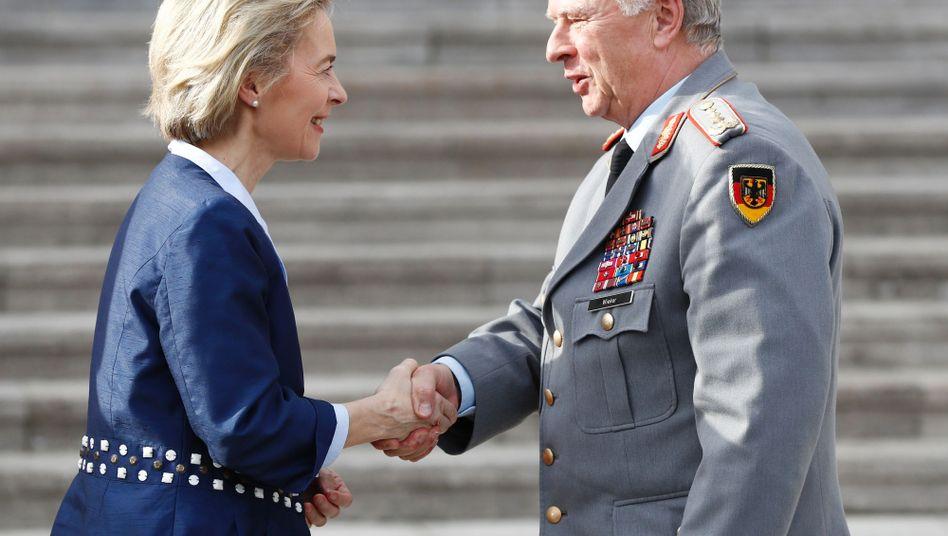 Generalinspekteur Volker Wieker mit Verteidigungsministerin Ursula von der Leyen (Archiv)