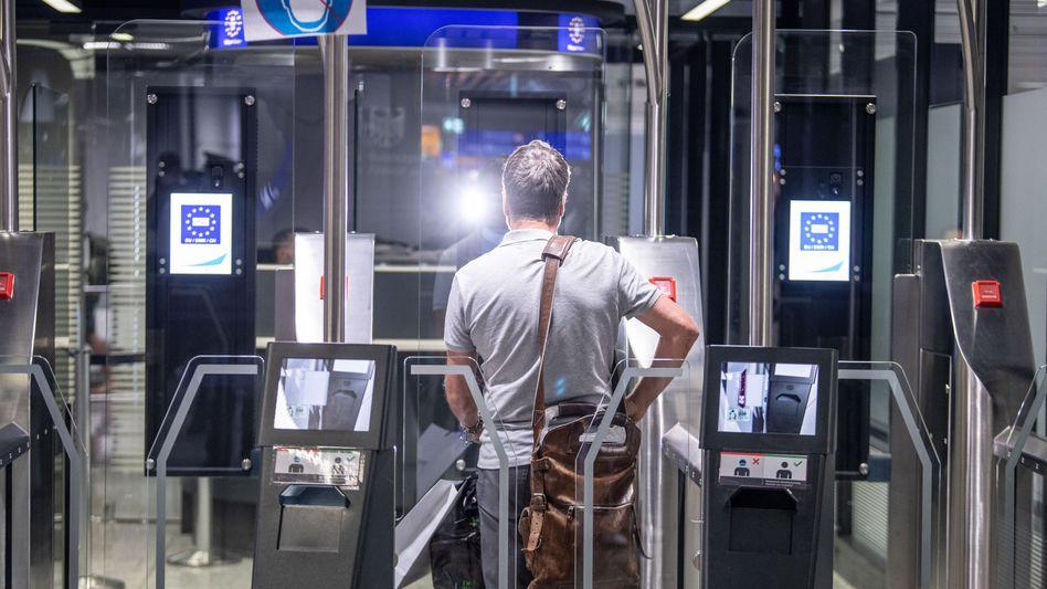 Automatisierte Einreisekontrolle am Flughafen: Ab August gelten neuen Regeln