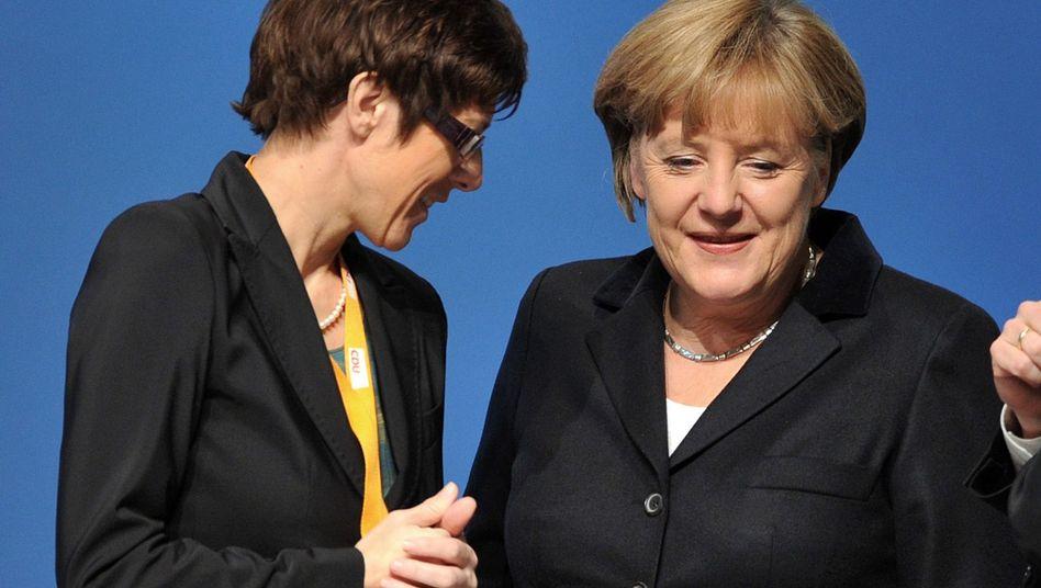 """CDU-Politikerinnen Kramp-Karrenbauer, Merkel (Archivbild von 2011): """"Derzeit Merkels Nummer eins"""""""