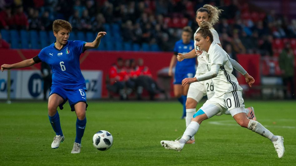 Manuela Giugliano (Italien) und Lina Magull (Deutschland) beim Länderspiel im November 2018