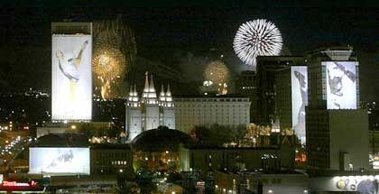 Nächtliches Panorama von Salt Lake City: Noch leuchten die olympischen Verzierungen in der Stadt