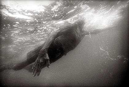 Wenn José schwimmt, macht das Meer die Arbeit: Er lässt sich von Wellen tragen oder der Strömung ziehen
