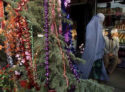 Christbaum auf einem Markt in Kabul