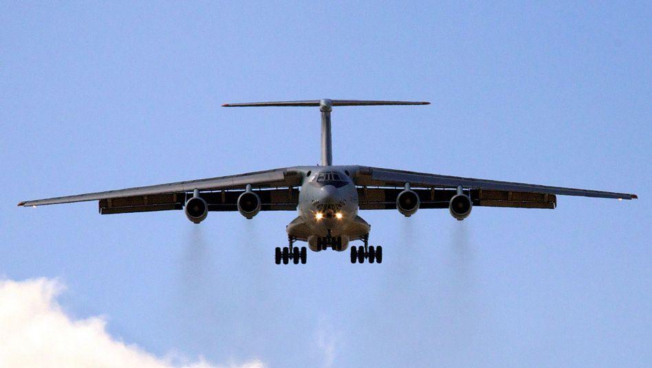 Transportflugzeug Iljuschin IL-76 (Archivbild): Beim Landeanflug von Abwehrraketen getroffen