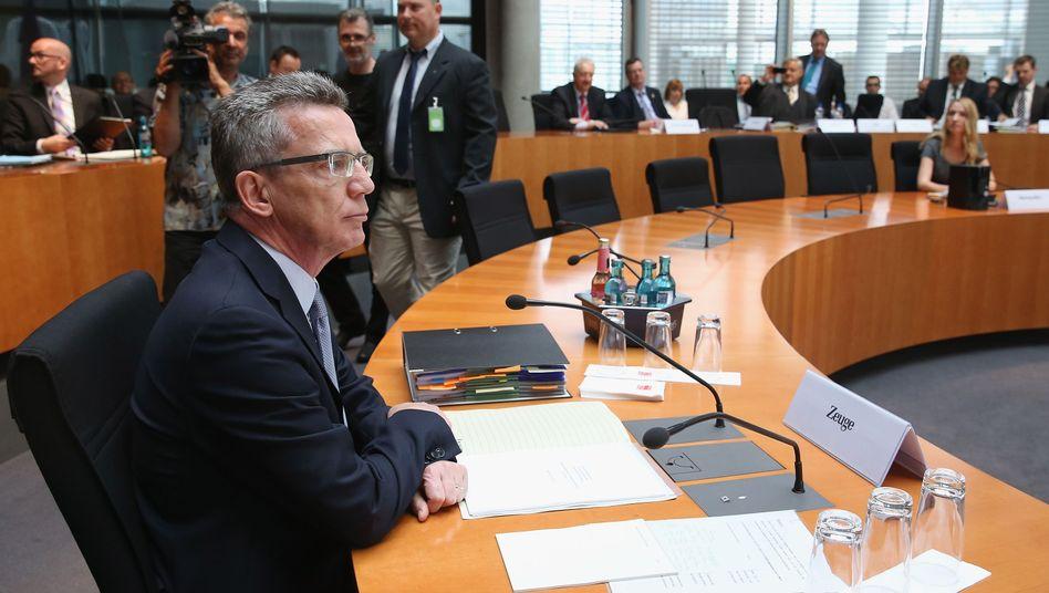 Verteidigungsminister de Maizière: Er vertraute auf einen kleinen Stab enger Mitarbeiter, denen die Materie fremd war