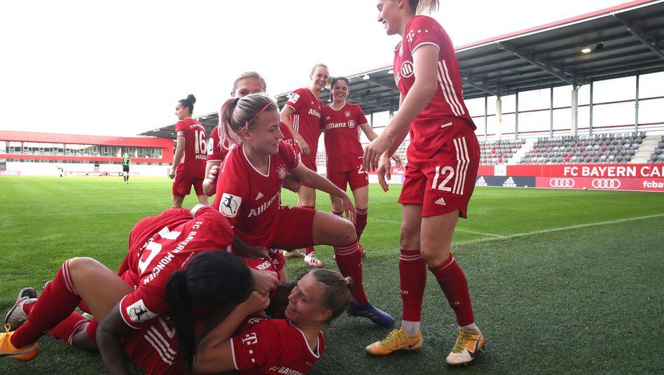 Die Münchnerinnen feiern das Tor zum 3:0