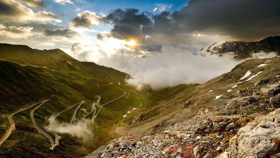 Alpenpass mit Schlangenlinien