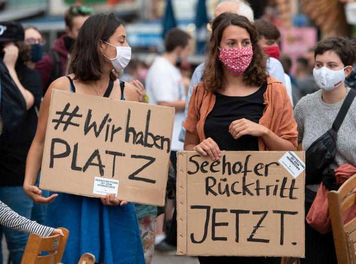 Vielerorts in Europa fordern Menschen - wie hier in Frankfurt - die Aufnahme von Flüchtlingen aus Griechenland