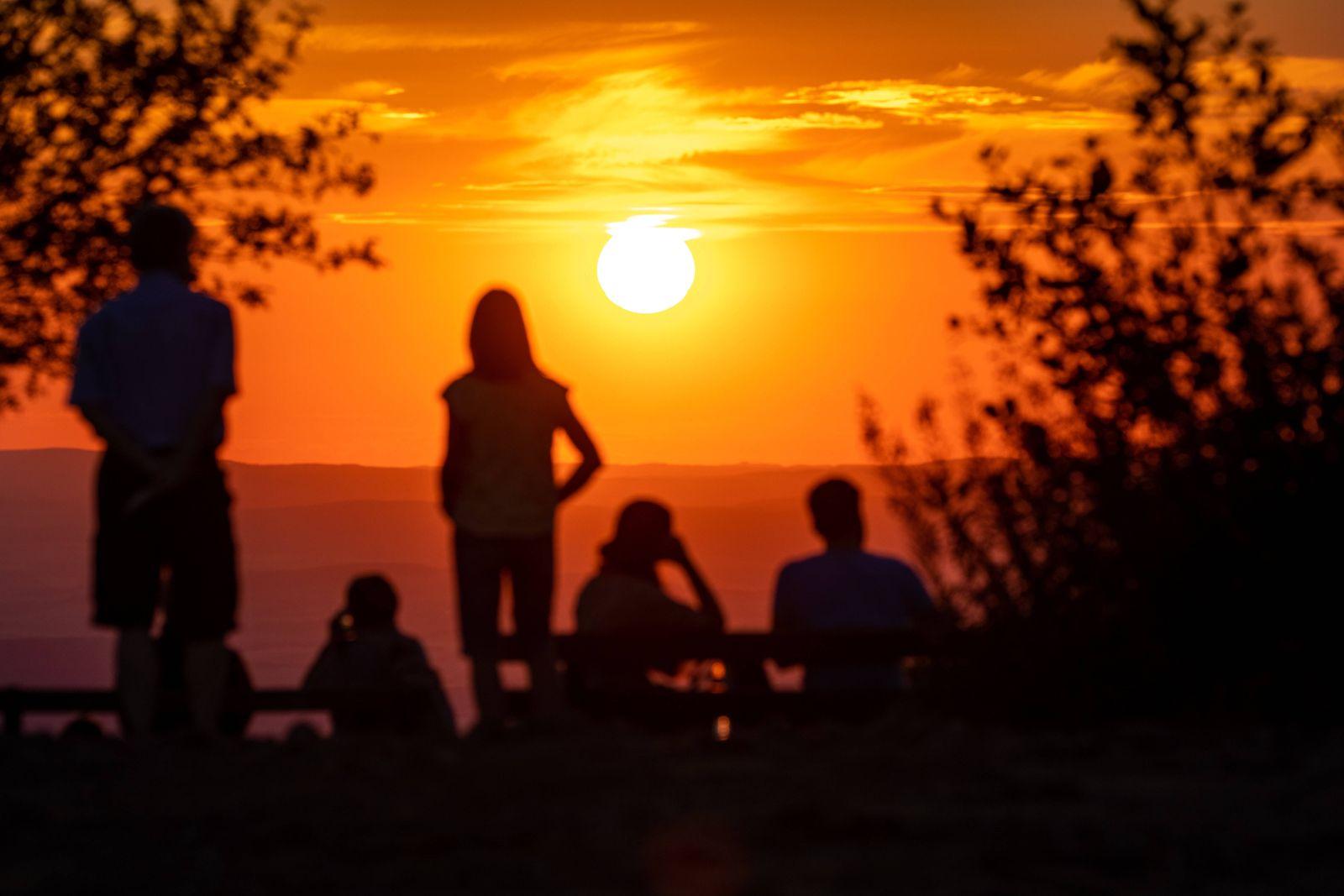 Sonnenuntergang im Taunus 05.08.2020, Schmitten (Hessen): Zahlreiche Menschen beobachten auf dem Großen Feldberg im Tau