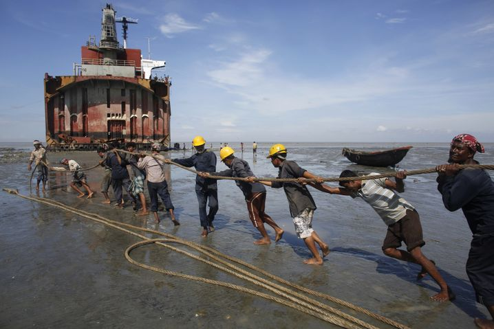 Arbeiter am Strand von Chittagong (Bangladesch)