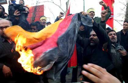 Demonstranten verbrennen deutsche Fahne vor der Botschaft in Teheran: Jeden Tag neue Proteste