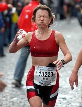 Läuferin beim Trinken: Notwendige Zutat