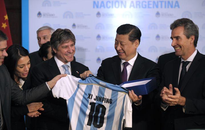 Präsident Xi bekommt ein Argentinien-Trikot