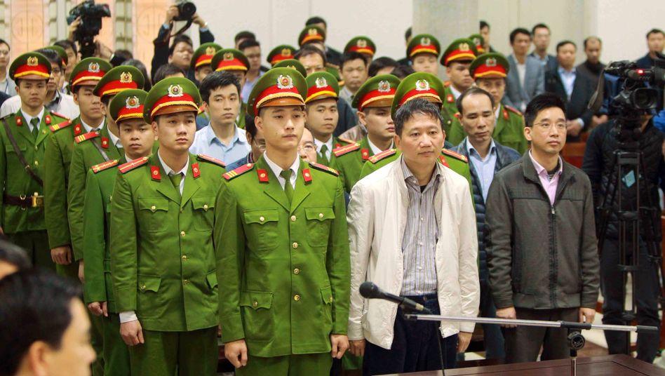 Angeklagte im Gerichtssaal in Hanoi